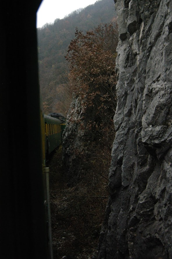 Traseu feroviar printre stanci